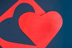 Κόκκινη καρδιά που χαράζεται από το φύλλο εγγράφου στο σκοτεινό χρωματισμένο υπόβαθρο Στοκ φωτογραφίες με δικαίωμα ελεύθερης χρήσης