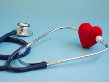 Κόκκινη καρδιά που χρησιμοποιεί το βαθύ μπλε στηθοσκόπιο στο μπλε υπόβαθρο Έννοια της αγάπης και του φροντίζοντας ασθενή από την  Στοκ Φωτογραφίες