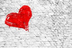 Κόκκινη καρδιά που χρωματίζεται με το χέρι πέρα από ένα απλό βρώμικο άσπρο υπόβαθρο σύστασης τουβλότοιχος Στοκ Εικόνες