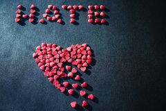 Κόκκινη καρδιά σε ένα μαύρο υπόβαθρο στοκ φωτογραφίες με δικαίωμα ελεύθερης χρήσης