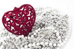 Κόκκινη καρδιά στα μαργαριτάρια siler, άσπρη ανασκόπηση Στοκ Εικόνες