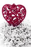 Κόκκινη καρδιά στα μαργαριτάρια siler, άσπρη ανασκόπηση Στοκ Εικόνα