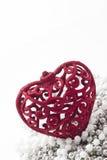 Κόκκινη καρδιά στα μαργαριτάρια siler, άσπρη ανασκόπηση Στοκ Φωτογραφίες