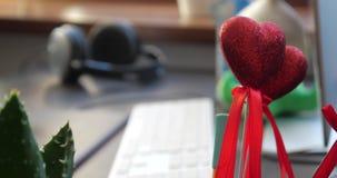 Κόκκινη καρδιά στο ραβδί στο γραφείο απόθεμα βίντεο