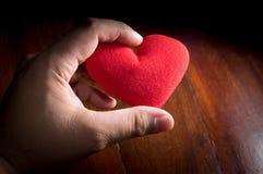 Κόκκινη καρδιά στο χέρι ατόμων στοκ εικόνα με δικαίωμα ελεύθερης χρήσης