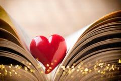 Κόκκινη καρδιά του βιβλίου Ευχετήριες κάρτες στοκ φωτογραφία με δικαίωμα ελεύθερης χρήσης