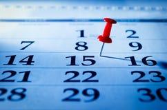 Κόκκινη καρφίτσα που χαρακτηρίζει το 15ο σε ένα ημερολόγιο Στοκ Φωτογραφίες