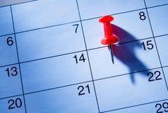 Κόκκινη καρφίτσα που χαρακτηρίζει το 15ο σε ένα ημερολόγιο Στοκ εικόνες με δικαίωμα ελεύθερης χρήσης