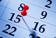 Κόκκινη καρφίτσα που χαρακτηρίζει το 15ο σε ένα ημερολόγιο Στοκ Φωτογραφία