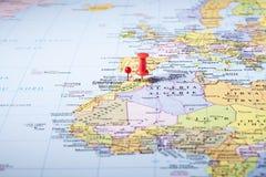 Κόκκινη καρφίτσα σε έναν χάρτη Στοκ Εικόνες