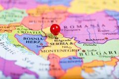 Κόκκινη καρφίτσα ώθησης στο χάρτη της Σερβίας στοκ εικόνες με δικαίωμα ελεύθερης χρήσης