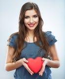 Κόκκινη καρδιά η αγάπη ανασκόπησης κόκκινη αυξήθηκε λευκό συμβόλων Πορτρέτο της όμορφης λαβής Valent γυναικών Στοκ Φωτογραφία