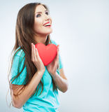 Κόκκινη καρδιά η αγάπη ανασκόπησης κόκκινη αυξήθηκε λευκό συμβόλων Πορτρέτο της όμορφης λαβής Valent γυναικών Στοκ φωτογραφίες με δικαίωμα ελεύθερης χρήσης