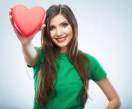Κόκκινη καρδιά η αγάπη ανασκόπησης κόκκινη αυξήθηκε λευκό συμβόλων Πορτρέτο της όμορφης λαβής Valent γυναικών Στοκ Φωτογραφίες