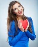 Κόκκινη καρδιά η αγάπη ανασκόπησης κόκκινη αυξήθηκε λευκό συμβόλων Πορτρέτο της όμορφης λαβής Valent γυναικών Στοκ εικόνες με δικαίωμα ελεύθερης χρήσης