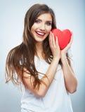 Κόκκινη καρδιά η αγάπη ανασκόπησης κόκκινη αυξήθηκε λευκό συμβόλων Πορτρέτο της όμορφης λαβής Valent γυναικών Στοκ Εικόνα