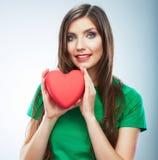 Κόκκινη καρδιά η αγάπη ανασκόπησης κόκκινη αυξήθηκε λευκό συμβόλων Πορτρέτο της όμορφης λαβής Valent γυναικών Στοκ Εικόνες