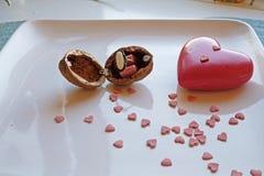 Κόκκινη καρδιά και ένα κιβώτιο δαχτυλιδιών ξύλων καρυδιάς στην πλευρά τοπίων Στοκ εικόνες με δικαίωμα ελεύθερης χρήσης