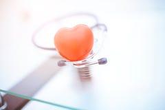 Κόκκινη καρδιά και ένα στηθοσκόπιο Στοκ Εικόνες