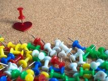 Κόκκινη καρδιά και ζωηρόχρωμες καρφίτσες Στοκ Εικόνα