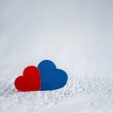 Κόκκινη καρδιά και μπλε καρδιά στο άσπρο ξύλινο υπόβαθρο Βαλεντίνοι DA Στοκ Εικόνες