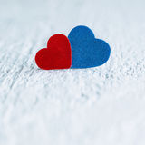 Κόκκινη καρδιά και μπλε καρδιά στο άσπρο ξύλινο υπόβαθρο Βαλεντίνοι DA Στοκ Εικόνα