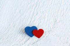 Κόκκινη καρδιά και μπλε καρδιά στο άσπρο ξύλινο υπόβαθρο Βαλεντίνοι DA Στοκ Φωτογραφία