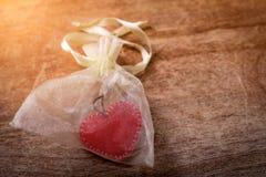 Κόκκινη καρδιά μέσα σε λίγη τσάντα στοκ φωτογραφία με δικαίωμα ελεύθερης χρήσης