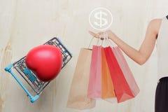 Κόκκινη καρδιά μαξιλαριών στο μπλε κάρρο αγορών στοκ φωτογραφία με δικαίωμα ελεύθερης χρήσης