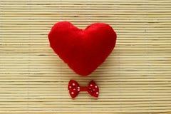Κόκκινη καρδιά με έναν τόξο-δεσμό Στοκ φωτογραφίες με δικαίωμα ελεύθερης χρήσης