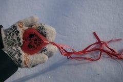 Κόκκινη καρδιά με τα cupids στα χέρια Στοκ φωτογραφίες με δικαίωμα ελεύθερης χρήσης