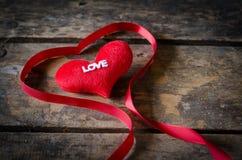 Κόκκινη καρδιά με την κορδέλλα στο ξύλινο υπόβαθρο, ΤΣΕ ημέρας βαλεντίνων Στοκ φωτογραφίες με δικαίωμα ελεύθερης χρήσης