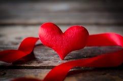 Κόκκινη καρδιά με την κορδέλλα στο ξύλινο υπόβαθρο, ΤΣΕ ημέρας βαλεντίνων Στοκ εικόνες με δικαίωμα ελεύθερης χρήσης