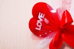 κόκκινη καρδιά με τη λέξη και την κορδέλλα αγάπης Στοκ φωτογραφία με δικαίωμα ελεύθερης χρήσης