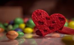 Κόκκινη καρδιά με τις χρωματισμένες καραμέλες Στοκ Φωτογραφίες