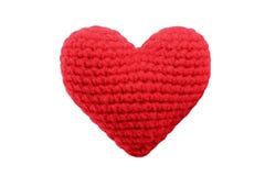 Κόκκινη καρδιά, πλέκοντας νήμα που απομονώνεται στο λευκό Στοκ Φωτογραφία