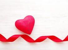 Κόκκινη καρδιά σε ένα ξύλινο άσπρο υπόβαθρο ρομαντικό διάνυσμα απεικόνισης καρτών Στοκ εικόνες με δικαίωμα ελεύθερης χρήσης