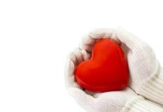 Κόκκινη καρδιά στα άσπρα θερμά γάντια μαλλιού που απομονώνονται στο λευκό Στοκ Εικόνες