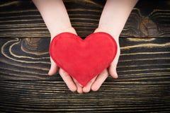 Κόκκινη καρδιά στα χέρια των παιδιών Στοκ εικόνα με δικαίωμα ελεύθερης χρήσης