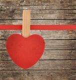 Κόκκινη καρδιά στην κορδέλλα στην εκλεκτής ποιότητας ξύλινη επιφάνεια Στοκ εικόνα με δικαίωμα ελεύθερης χρήσης
