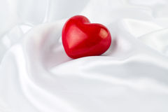 Κόκκινη καρδιά στο άσπρο μετάξι Στοκ εικόνα με δικαίωμα ελεύθερης χρήσης
