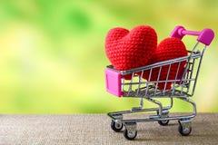 Κόκκινη καρδιά στο κάρρο αγορών Στοκ φωτογραφίες με δικαίωμα ελεύθερης χρήσης