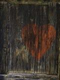 Κόκκινη καρδιά στο καφετί ξύλινο υπόβαθρο Στοκ εικόνα με δικαίωμα ελεύθερης χρήσης