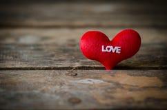 Κόκκινη καρδιά στο ξύλινο υπόβαθρο, υπόβαθρο ημέρας βαλεντίνων, weddi Στοκ φωτογραφίες με δικαίωμα ελεύθερης χρήσης
