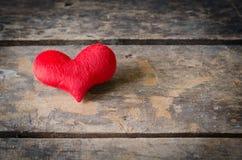 Κόκκινη καρδιά στο ξύλινο υπόβαθρο, υπόβαθρο ημέρας βαλεντίνων, weddi Στοκ φωτογραφία με δικαίωμα ελεύθερης χρήσης