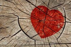 Κόκκινη καρδιά στο ξύλινο υπόβαθρο Στοκ Φωτογραφίες