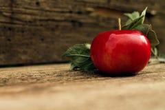 Κόκκινη κινηματογράφηση σε πρώτο πλάνο μήλων στο ξύλινο υπόβαθρο που θολώνεται Στοκ Φωτογραφίες