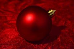 Κόκκινη κινηματογράφηση σε πρώτο πλάνο σφαιρών Χριστουγέννων Στοκ Εικόνες