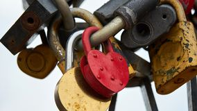 Κόκκινη κλειδαριά καρδιών με το κλειδί και άλλες κλειδαριές στοκ εικόνα με δικαίωμα ελεύθερης χρήσης