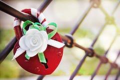 Κόκκινη κλειδαριά της αγάπης Στοκ Εικόνες